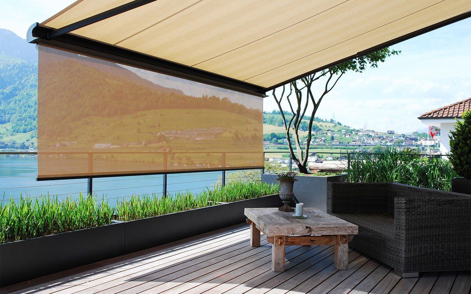 una tenda da sole su una terrazza