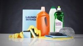 detergenti, guanti, prodotti per le pulizie