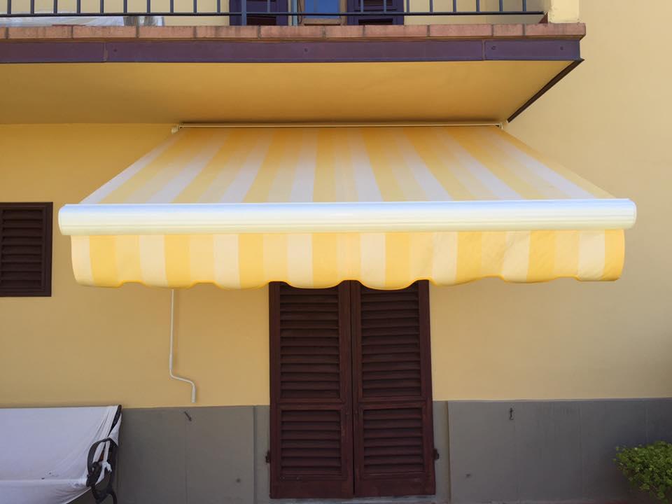 una tenda da sole di color giallo e bianco