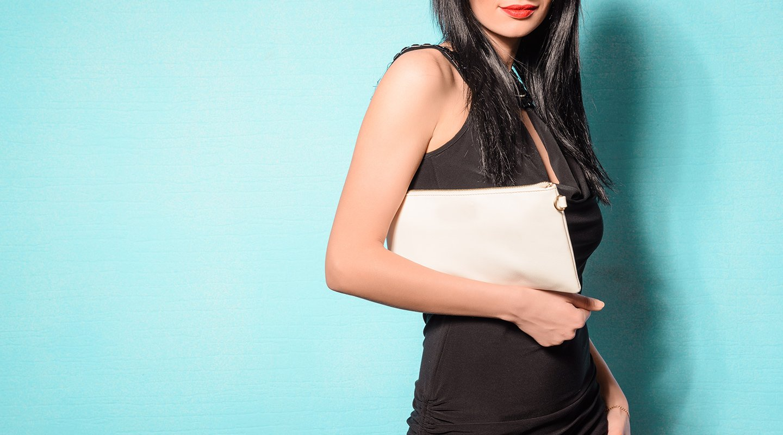 Donna con una borsa bianca