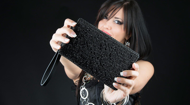 Donna con una borsetta nera