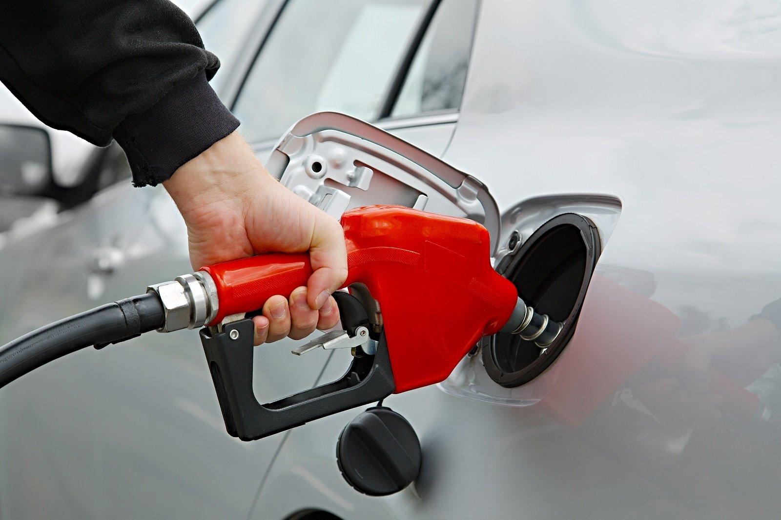 persona che fa benzina