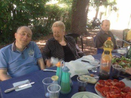 Pranzo in giardino tra gli anziani ospiti della struttura