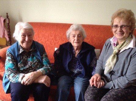 Tre donne rilassate su un divano