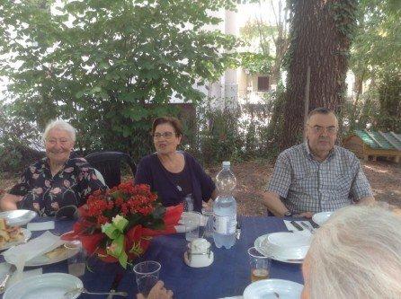 Ospiti della struttura per anziani seduti attorno al tavolo