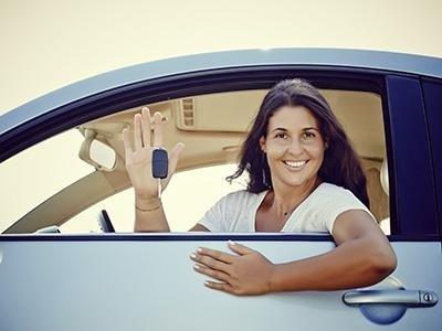 cliente seduta in un'auto noleggiata