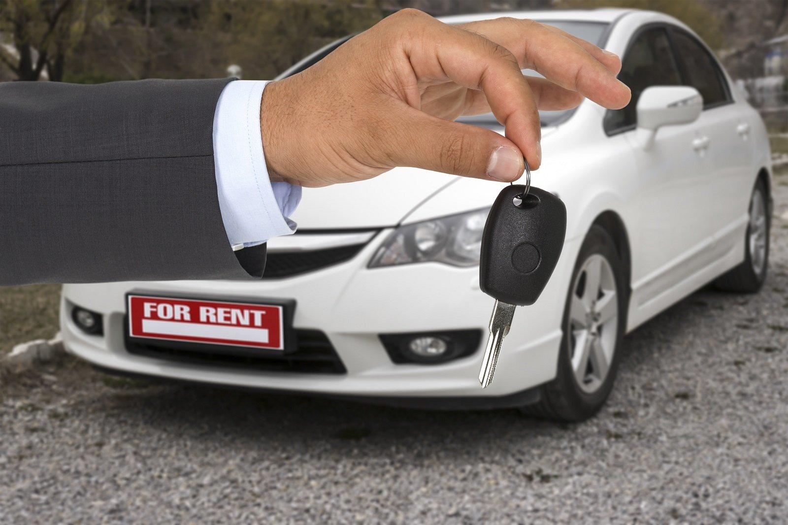 chiave di un'auto e auto bianca sullo sfondo