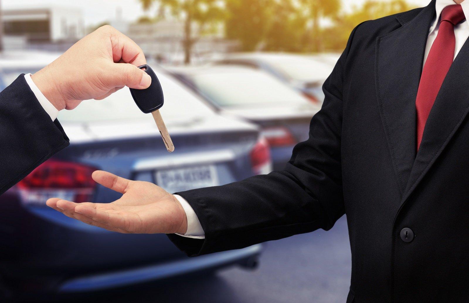 consegna di chiavi da parte di addetto dell'autonoleggio