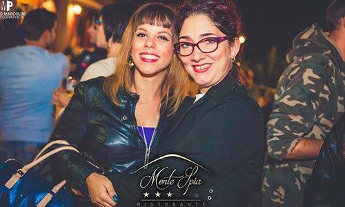 Una signora e una ragazza a  braccetto in posa per una foto