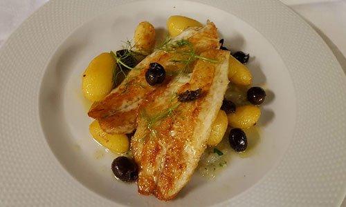 Filetto di pesce ai ferri con patate novelle e olive nere