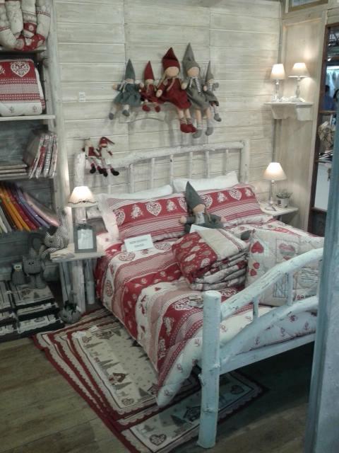 copriletto e un cuscino di color rosso e bianco con disegni a cuoricini