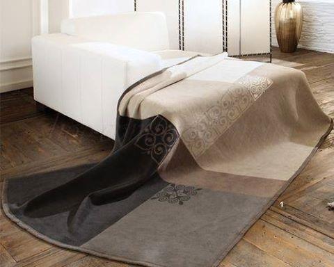 un divano di color bianco e un tappeto