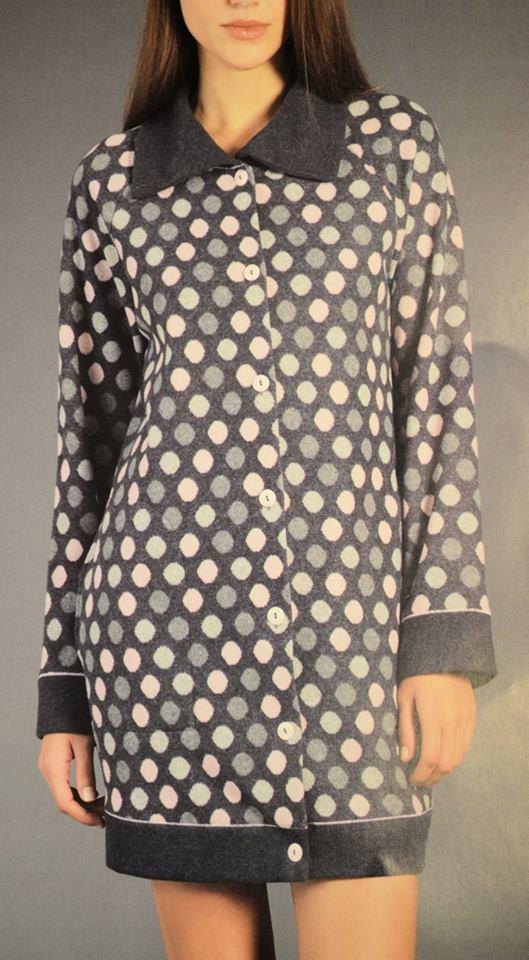 una donna con un un pigiama a pois