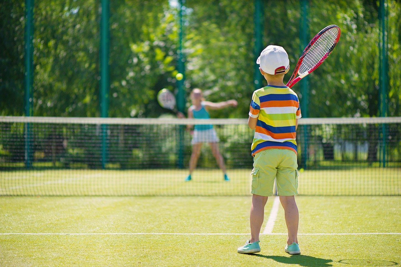 due bambini giocano a tennis