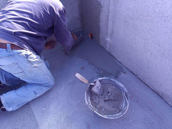 Addetto fa il rivestimento in cemento