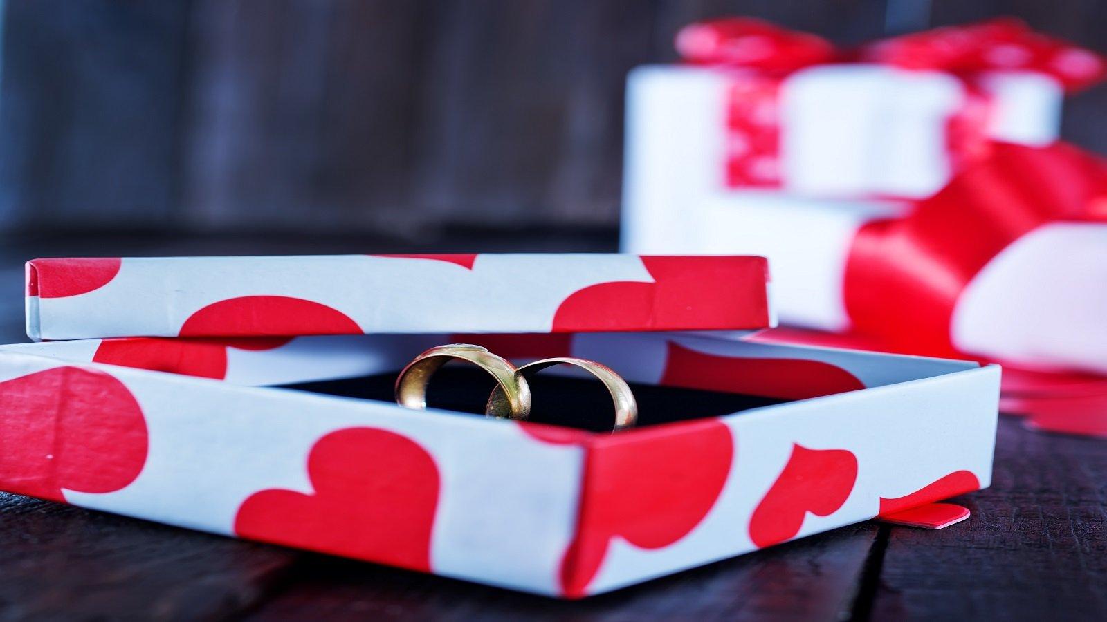 una scatola con due anelli
