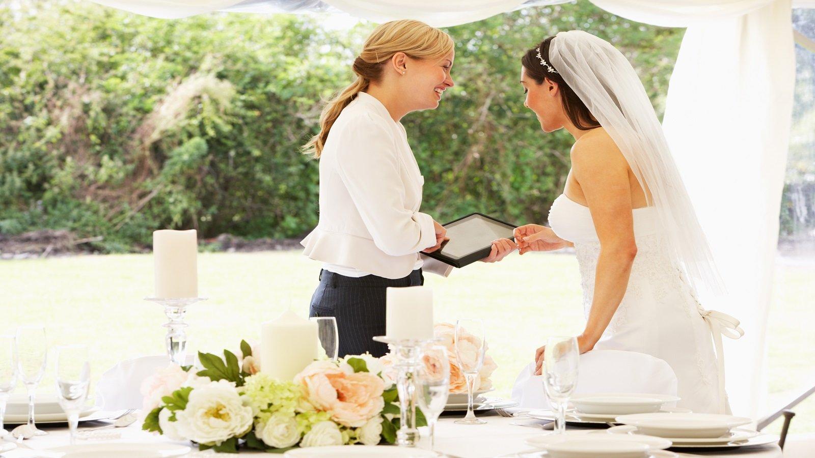 una donna con un tablet in mano e una sposa che lo guarda