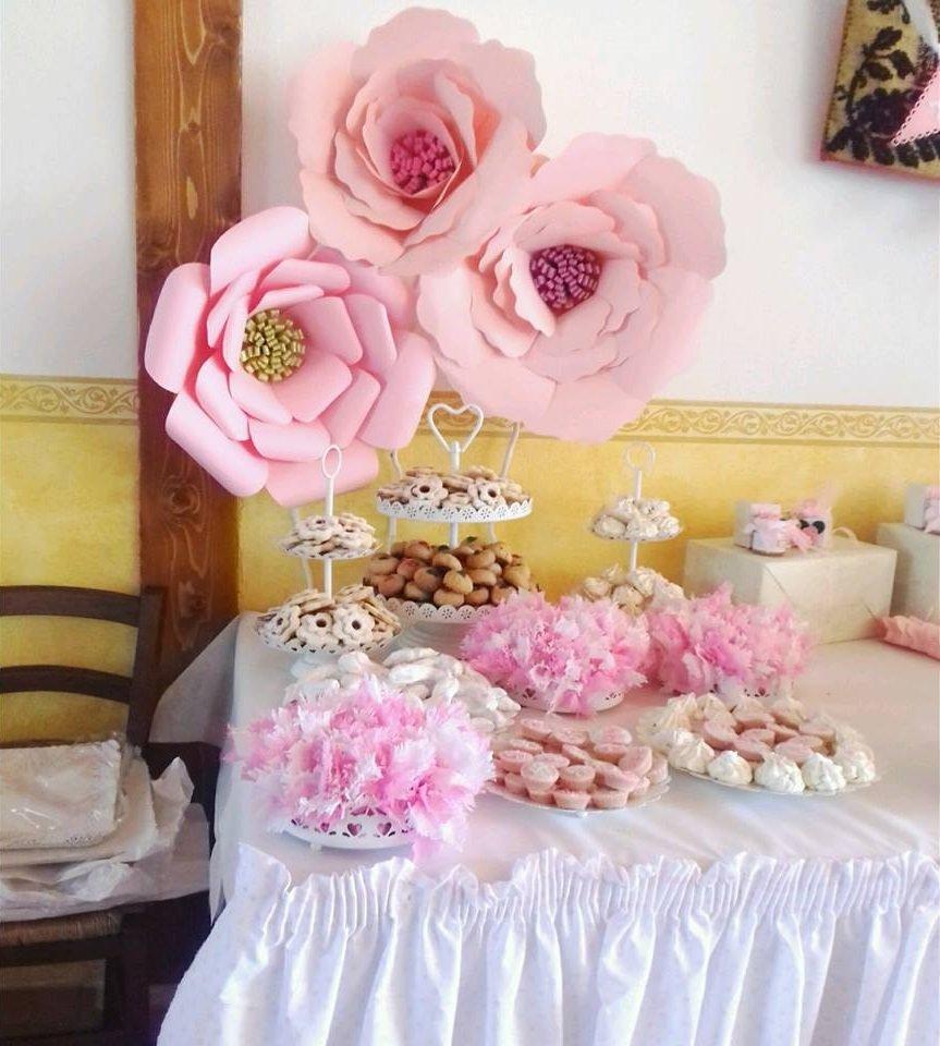 dei dolci e delle grandi rose di glassa