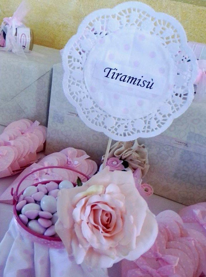 dei confetti al tiramisù' e una rosa rosa di pasta di zucchero