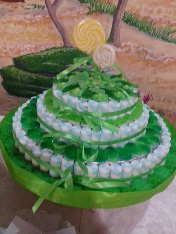 una torta di color verde a tre piani