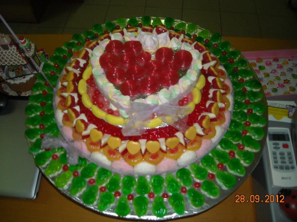 una torta di compleanno con decorazioni romantiche