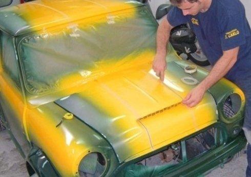Mini in fase di preparazione alla verniciatura personalizzata