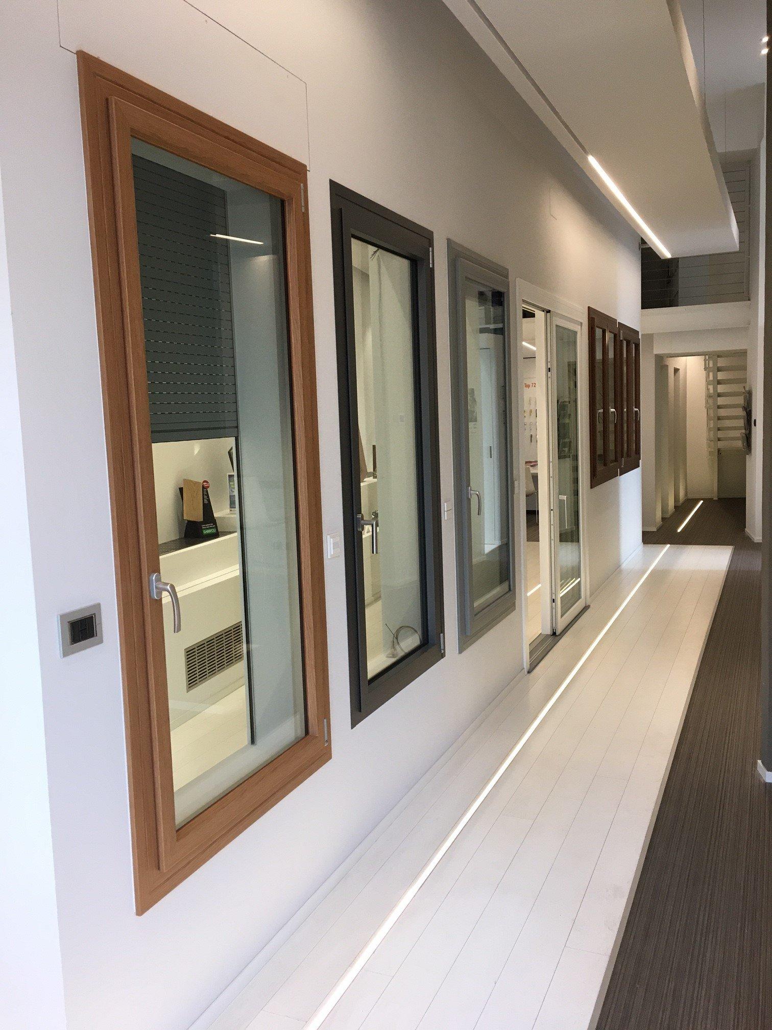 Esposizione finestre lungo parete
