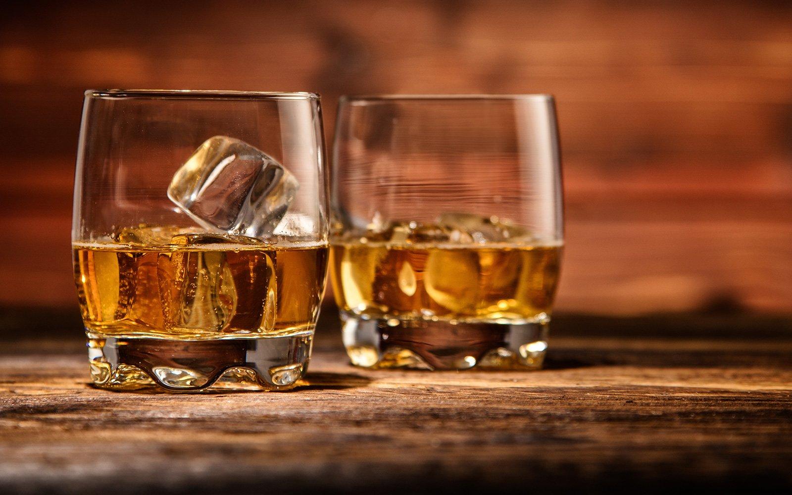 due bicchieri di whisky con del ghiaccio