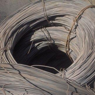 fili di ferro tenuti insieme con una corda