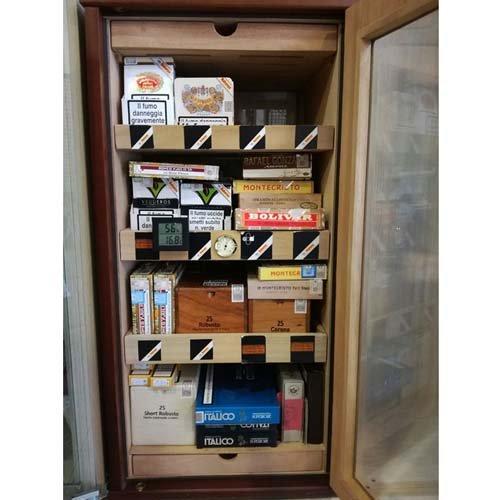 vista frontale di una vetrina con Articoli per fumatori