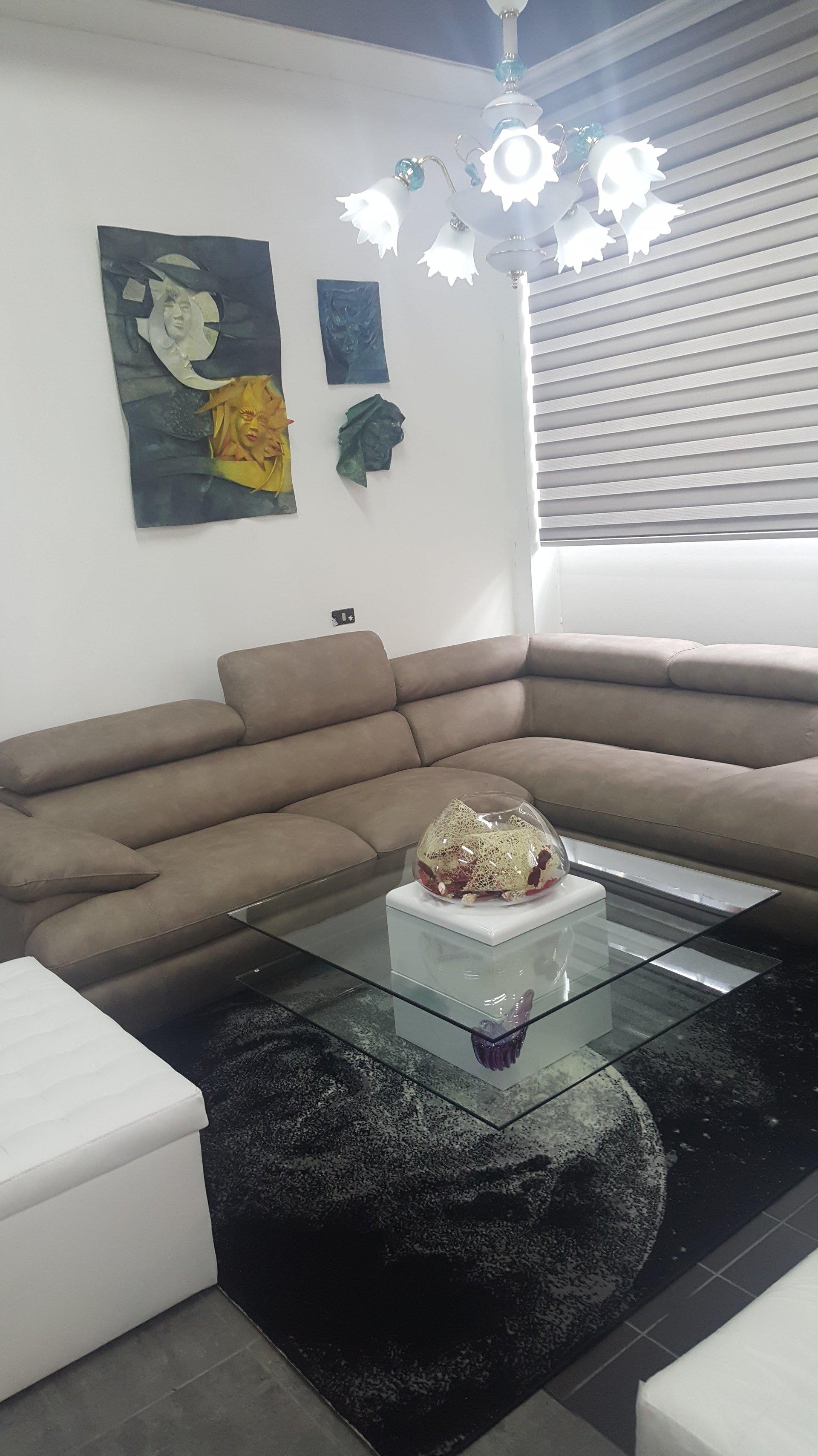 un divano ad L ed un tavolo di vetro