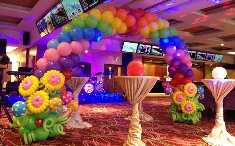 Allestimento sala con palloncini