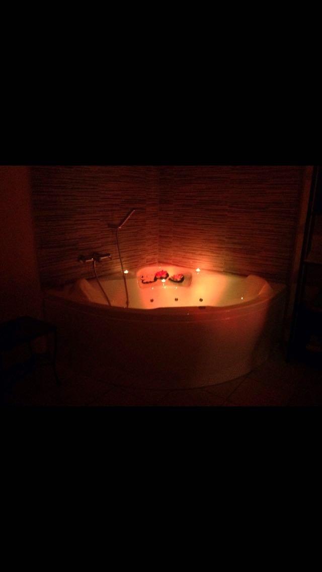 vasca idromassaggio illuminata di arancione