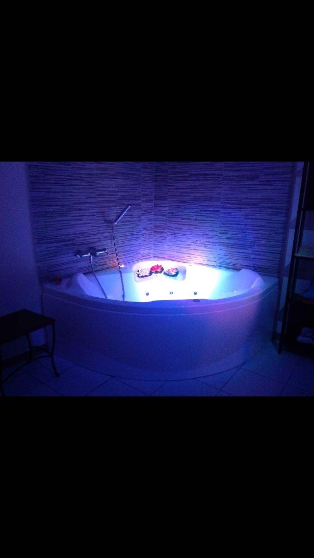 vasca idromassaggio illuminata di blu