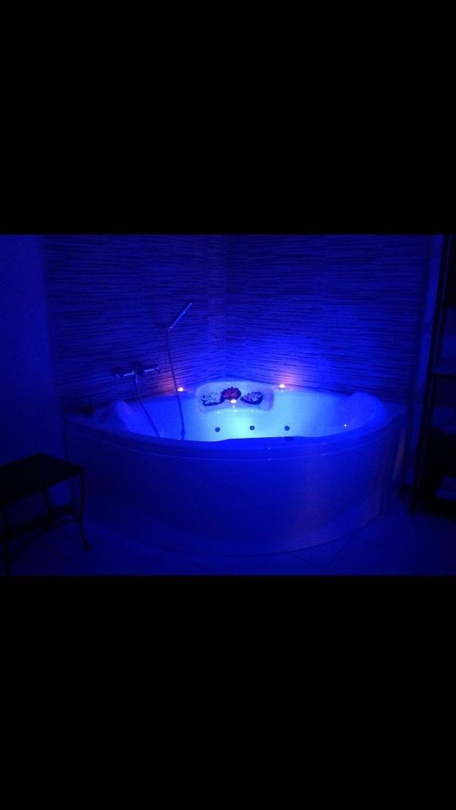 vasca idromassaggio nel buio