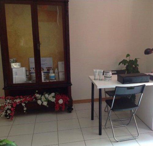 centro estetico con sedia e scrivania