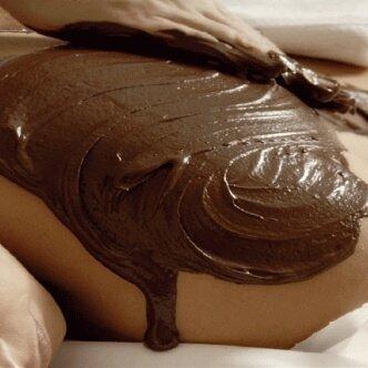 cioccolato spalmato sul corpo