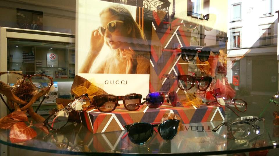 vetrina con occhiali a marchio GUCCI