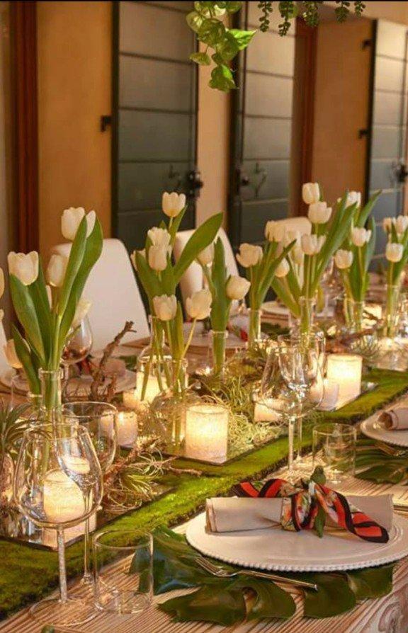 tavolata con tulipani bianchi