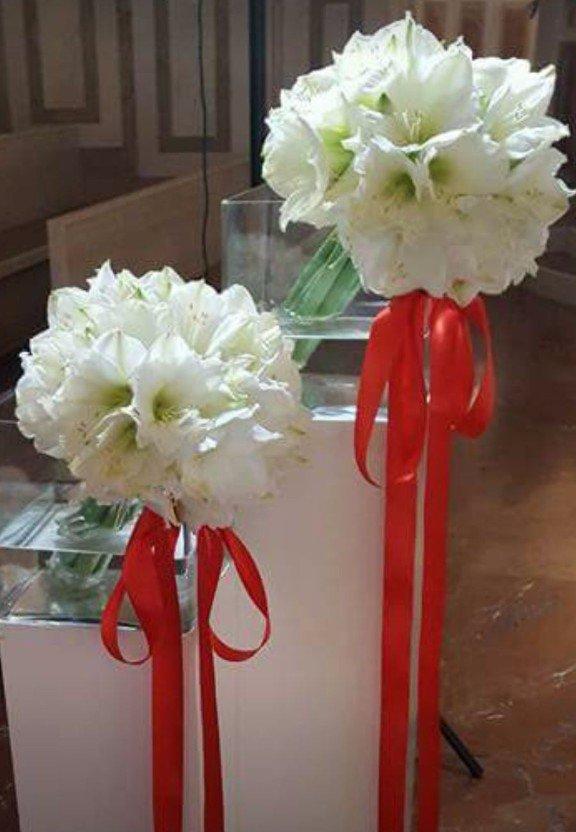 bouquet di fiori bianchi con nastro rosso