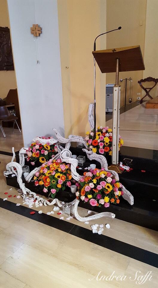 mazzo di fiori sotto l`altare