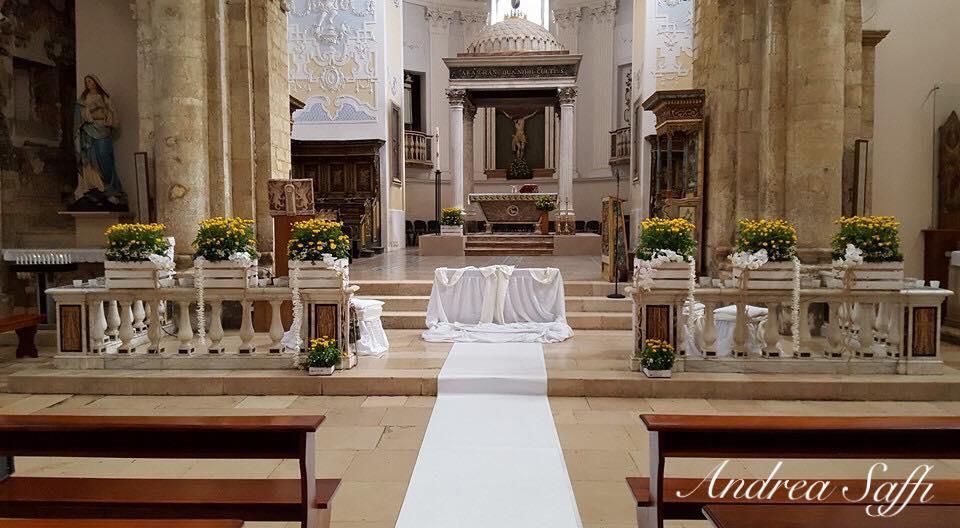 vista frontale di un altare in chiesa addobbato di fiori