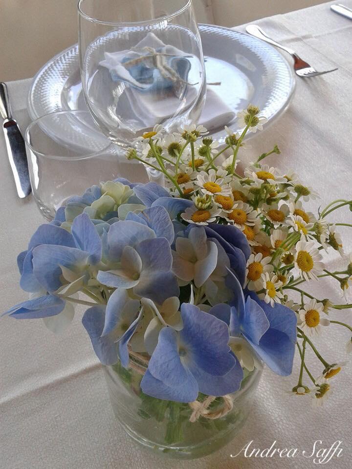 mazzo di margherite sul tavolo degli sposi