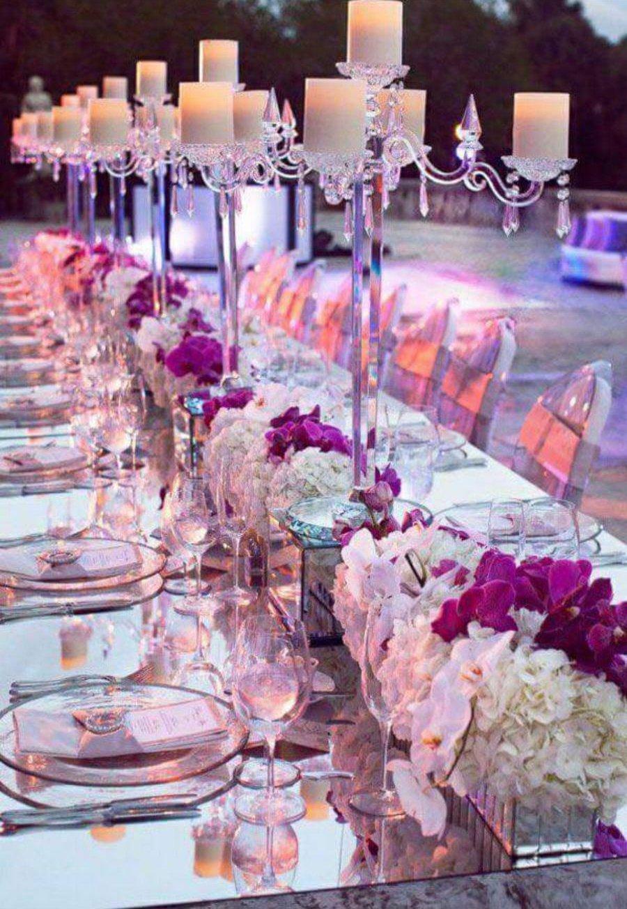 tavolata con fiori bianchi e viola
