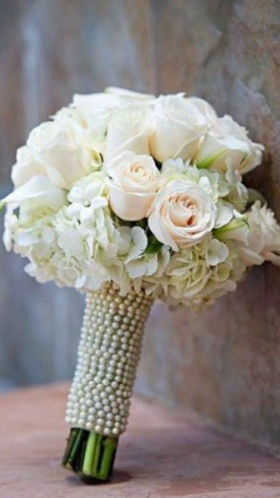 bouquet di rose bianche addobbato con perline