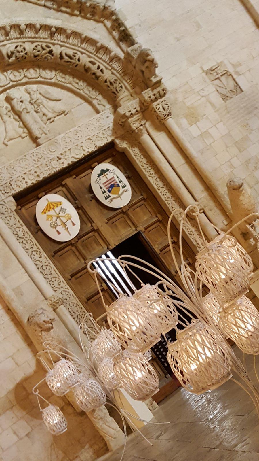 chiesa allestita all'esterno con lanterne