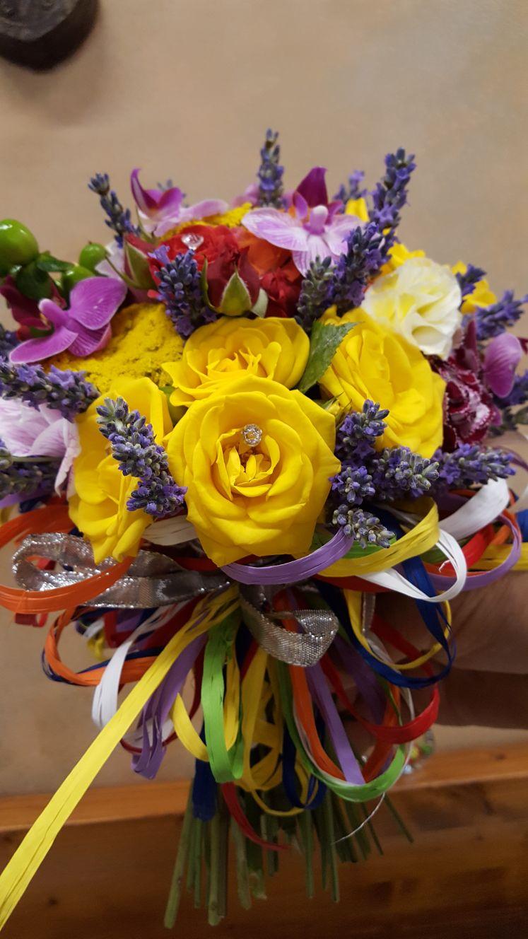 bouquet di rose gialle e fiori colorati