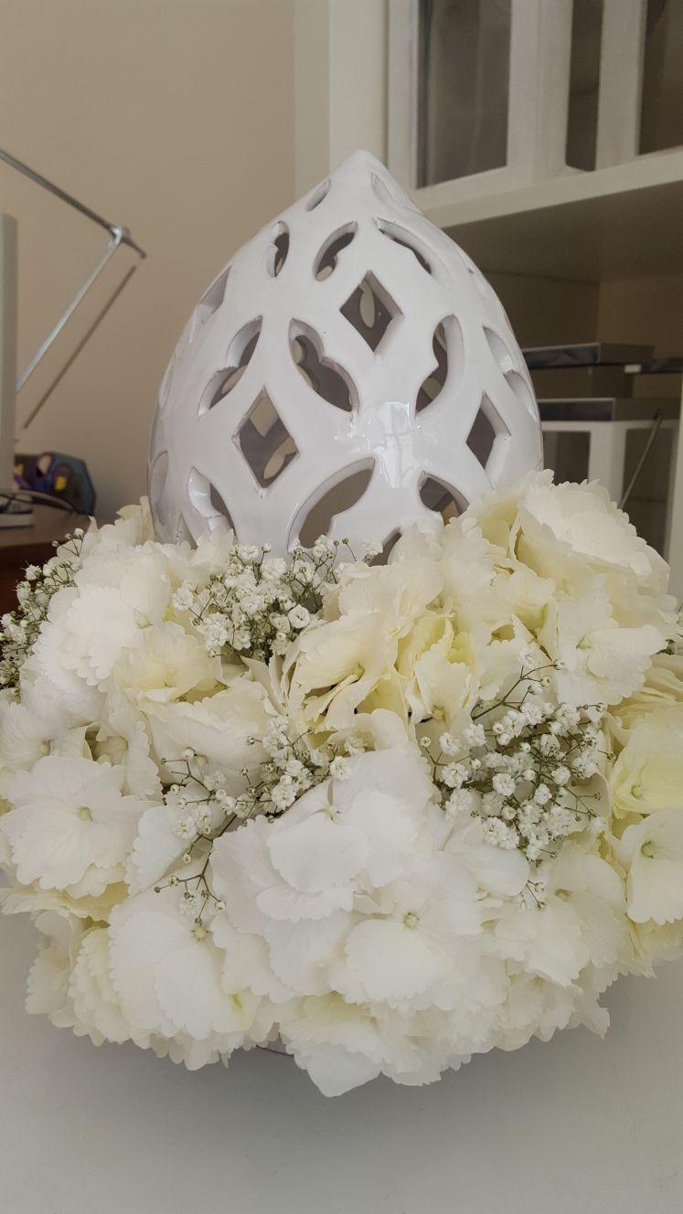 pomo con fiori bianchi
