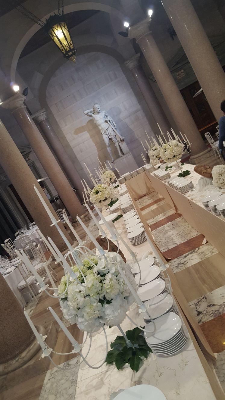 tavolata con fiori e candele