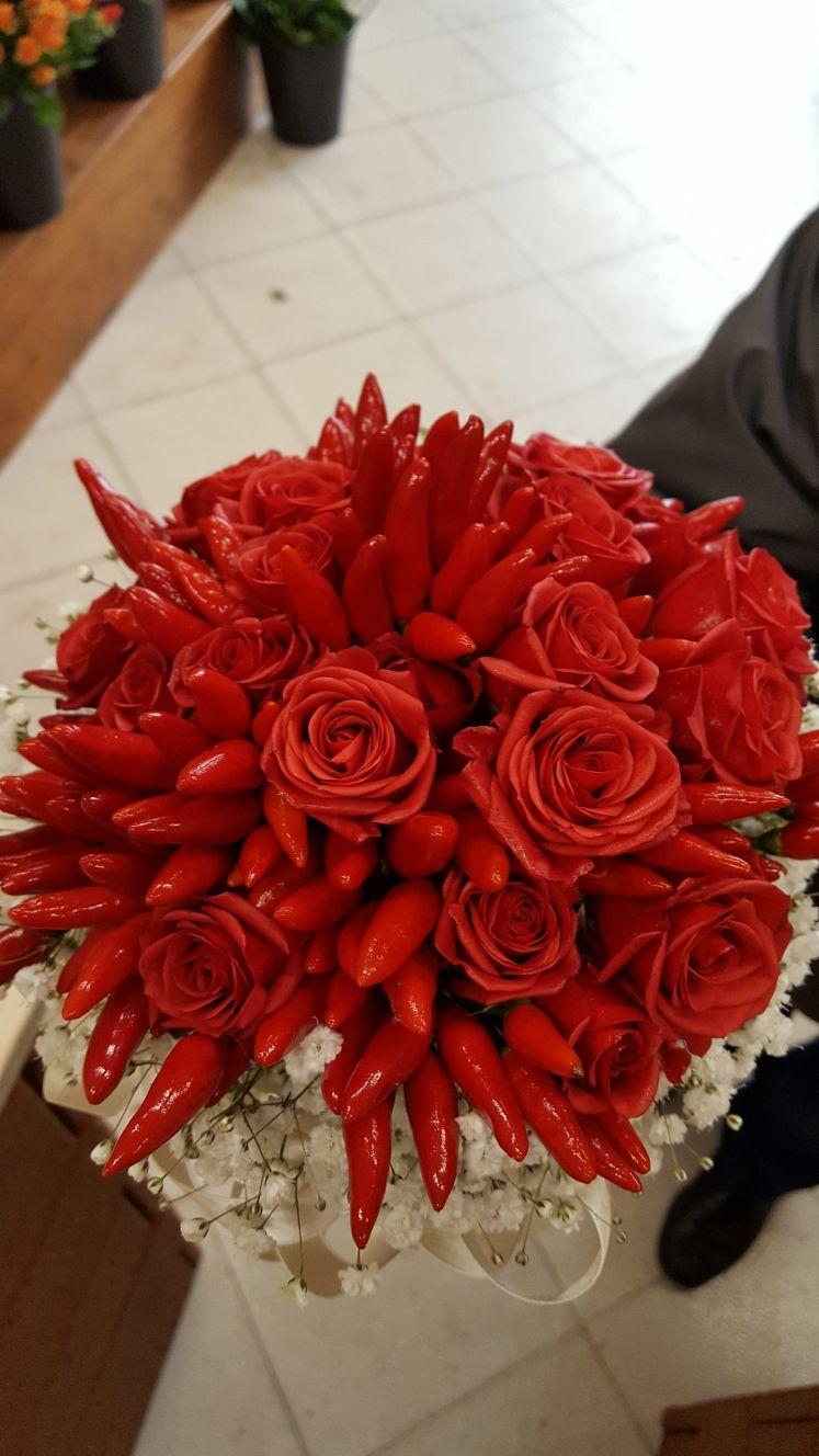 bouquet di rose rosse e peperoncini